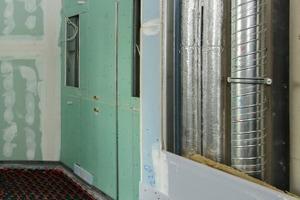 Vorkonfektioniert: der Installationsschacht mit Heizungs-, Versorgungs- und Abwasserrohren, die Vorwandinstallation mit Duschelement und die Badewannenanschlüsse