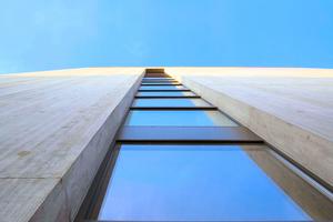 Wenn z.B. in Fassadenkonstruktionen unterschiedliche Materialien kombiniert werden, sind an den Anschlussstellen die speziellen Eigenschaften von Baudichtstoffen gefragt