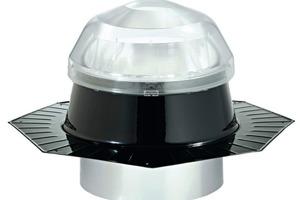 Die Prismenstruktur der Kuppel sammelt auch waagerecht einfallendes Licht ein. Lotrechte Strahlung wird zum Teil reflektiert, um den sommerlichen Wärmeschutz zu unterstützen