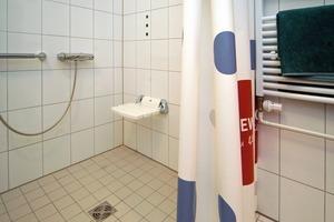 Blick in ein modernisiertes Badezimmer. Wichtigstes Detail ist die barrierefreie Dusche<br />