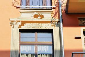 Details wie die Fenster- und Balkongeländer orientieren sich genauso am Jugendstil wie die aufgemalten Stuckelemente