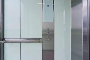 Weiß hinterlegtes Glas in der Aufzugskabine ist eine der zahlreichen Designoptionen