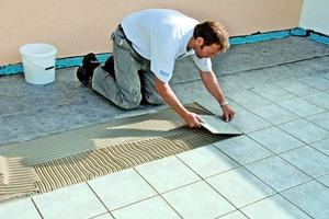 Die weitestgehend hohlraumfreie Verlegung der neuen Keramikplatten erfolgt mittels entsprechenden Fliesenklebers