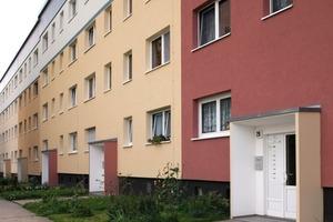 Die langen Häuserfronten des ersten Bauabschnitts werden durch wechselnde Hauptfassadentöne in verschiedenen Gelbnuancen gegliedert, die mit Eckgebäuden in erdigem Rot abschließen. Die eingerahmten Hauseingänge setzen sich farblich ab und sorgen für ein interessantes Wechselspiel<br />