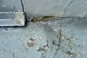 Die Oberfläche der Balkone wies zahlreiche Schäden auf. So war Feuchtigkeit in den Beton eingedrungen und hatte die Bewehrung beeinträchtigt<br />