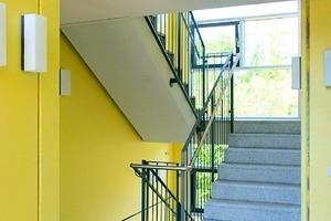 Starke Farbakzente: Das Treppenhaus in der Schweidnitzer Straße ist mit Sichtbeton ausgestattet<br /><br />