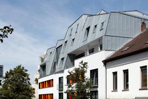 Dachlinie als Blickfang: Die massiven Untergeschosse aus den 1950er-Jahren erhielten eine Aufstockung in Holzleichtbauweise mit markant geformtem Titanzinkdach