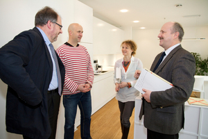Im Gespräch (v.l.n.r.): Kurt Speelmanns (BBSR), die Testbewohner Jörg Welke und seine Frau Simone Wiechers sowie Hans-Dieter Hegner (BMUB)