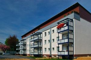 Bestandsgebäude in der Breslauer Straße. Klare Gebäudesprache durch Staffelgeschoss mit Eternitverkleidung. Die Lüftungstürme der Abluftanlage sind gut erkennbar<br />