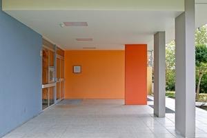 Die Wand lenkt einen optisch in das Gebäude hinein. Durch den Kontrast zu den kühlen Farben treten Orange und Rot besonders deutlich und prägnant hervor<br />