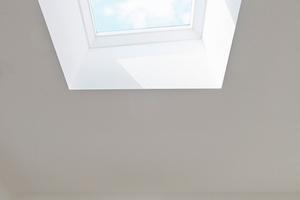 Im Schlafzimmer gibt ein Oberlicht mit Festverglasung den Blick auf den Himmel frei