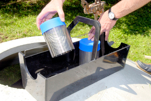 Der Spaltsiebfilter ist zur gelegentlichen Reinigung von oben durch die Abdeckung herausnehmbar
