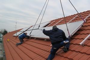 """<div class=""""dachzeile"""">Acht Großflächenkollektoren  wurden als Aufdachmontage installiert</div>"""