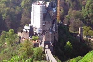 Aus dem KP II wurden auch bundesweit 27 Kulturdenkmale von nationaler Bedeutung gefördert. Hier im Bild: Die in einem Seitental der Mosel gelegene Burg Eltz