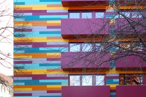 """""""Haute Couture"""", Hannover: Für die Optik wurden die lichtbeständigen Rockpanel-Fassadentafeln im schleppenden Verband montiert. Die extravagante Farbgebung ist bis ins Detail durchgeplant"""