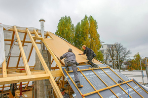 Grundlage für den Dachaufbau oberhalb der Sparren in 10/16 bildet eine Holzfaser-Platte in einer Stärke von 10 mm