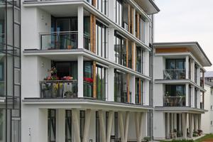 Die großflächig verglaste Ostfassade weist auf ein parkähnliches Gelände