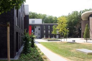 Der Wohnkomplex gibt der Kirche und dem vorgelagerten Platz Halt und Raum
