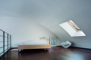 Blick in eine zweigeschossige Maisonette-Wohnung mit eingehängten Emporen