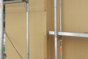 Mit dem Anbringen der Holzfaser-Putzträgerplatte weist das WDVS eine Stärke von 16 cm auf
