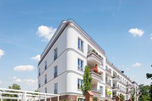 Klinker und Putz kombiniert: Die Fassade dieses Wohngebäudes im Berliner Bezirk Pankow akzentuierten die Planer in Teilbereichen durch klassische rote Klinkerriemchen