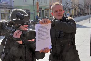 Der Wohnungsverwalter Thomas Wesche hilft alsTeleprompter aus