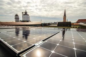 Mieterstromprojekte können die Chance verbessern, Förderungen zu erhalten; rechts der Blick auf eine Photovoltaikanlage eines solchen Projekts.
