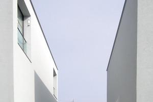 Die Zu- und Fortluft-Öffnungen wurden auf Wunsch <br />des Architekten direkt in die Fensterlaibungen integriert<br />