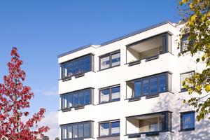Die Glas-Faltwand erweitert den Wohnraum um den Balkon