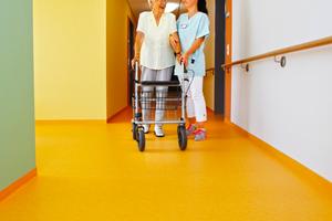 Als Orientierungshilfe für die Bewohner wurden die Etagen und verschiedenen Bereiche in unterschiedlichen, frischen Farbtönen ausgestattet