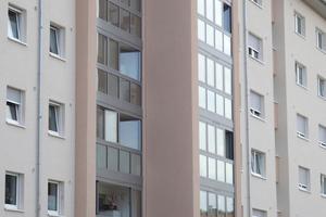 Das eingesetzte System ist als vorgehängte Fassade mit integrierter Brüstung konzipiert, welches mit einer vierteiligen Glas-Faltwand ausgestattet wurde