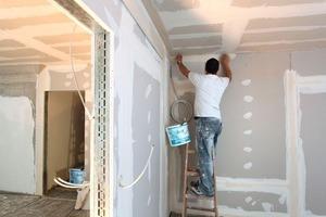 Weil die übliche Unterputz-Leitungsführung in gekapselten Wänden nur beschränkt zulässig ist, verlaufen die Elektroleitungen in mit Blenden abgedeckten, offenen Wandkanälen unterhalb der Zimmerdecke<br />