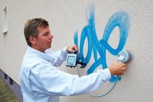 Im ersten Schritt wird der Fassadenfarbton im Bereich des Graffiti mit dem mobilen Farbmessgerät eingelesen