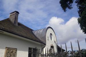 """Dach und Fassade """"aus einem Guss"""": Das Pierre Cardin-Outlet in Metzingen wurde komplett in Venusblei gekleidet"""
