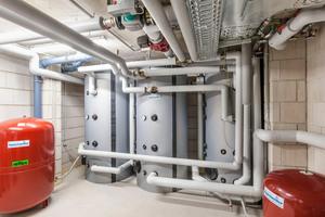 Jeweils zwei Multifunktionsspeicher dienen als Pufferspeicher für die Warmwasserbereitung. Hinzu kommt ein Speicher für die Heizungsanlage