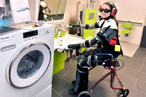 Mit Smart Home- und AAL-Komponenten ausgestattete Musterwohnung auf dem InnovationsCampus der Wolfsburg AG. Die junge Frau trägt einen Altersimulationsanzug