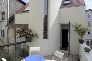 Ein elliptisches Treppenhaus an der Rückwand führt ins erste Obergeschoss und auf die Dachterrasse<br />