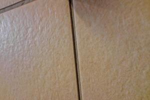 Um Auswachungen vorzubeugen, sollte Fugenmörtel mit erhöhter Widerstandfähigkeit gegen saure Reiniger eingesetzt werden