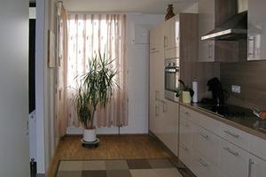 Einzelne Räume wurden mit einer dezentralen Lüftungsanlage ausgestattet, die in Deckennähe direkt neben den Fenstern eingebaut wurde<br />