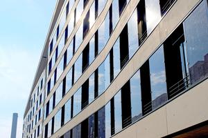 In der Südfassade, die wie das Dach als Energielieferant dient, sind Photovoltaik-Module zwischen den Fenstern eingebaut