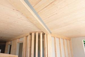 Die Decken bestehen aus Massivholz, die Wände wurden mit Gipsfaserplatten beplankt