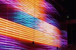 """Monumentales Lichtkunstwerk """"CHROMA-LUX"""" – Eintauchen in eine außergewöhnliche Lichtkomposition<br />"""