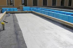 Vorhandene Bitumendachbahnen dienen als Untergrund für die Flüssigabdichtung eines Münchner Bankdachs