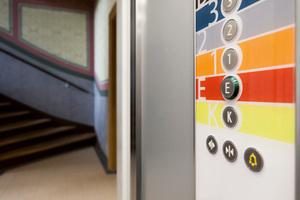 Die farbigen Kabinentableaus helfen, im Haus die richtige Etage zu finden