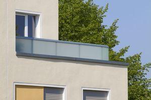 Die mit Putzfaschen versehenen Oberflächen sowie die farbig abgesetzten Fensterbänder verstärken den hochwertigen Gesamteindruck