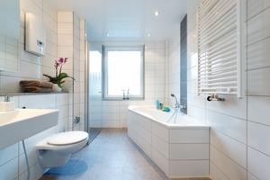 """Mit der """"BadWand"""" mondernisiert: So schick kann ein Bad mit barrierefreier Dusche aussehen"""
