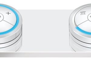 Mit einer kabellosen Bedieneinheit lassen sich digitale Armaturenlinien aus jeder Position im Bad bequem bedienen