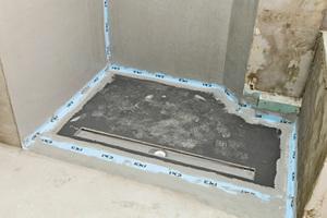 Vorgefertigte Bodenelemente mit integrierter und abgedichteter Ablaufrinne lassen im Handumdrehen bodengleiche Duschen mit optimalem Gefälle entstehen