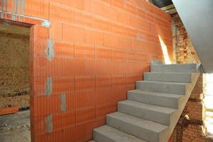 Wo erforderlich wurden Treppenhäuser und Trennwände in der historischen Hülle erneuert bzw. ergänzt. Nach dem Verputzen ist kein Unterschied zwischen alten und erneuerten Bauteilen mehr zu erkennen<br />