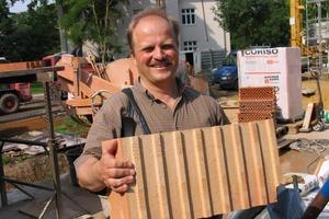 Architekt Olaf Reiter präsentiert den vom Darmstädter Passivhaus-Institut zertifizierten  Ziegel<br />